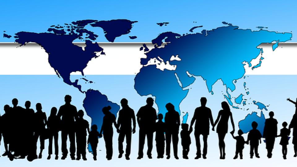 perfil de pessoas em frente ao mapa dos continentes
