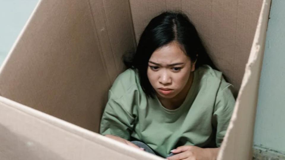 menina escondida na caixa.